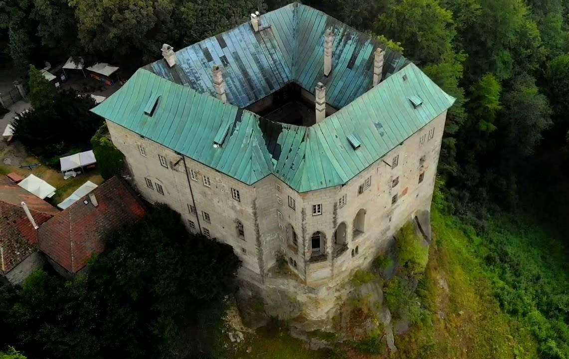 houska castle bottomless pit