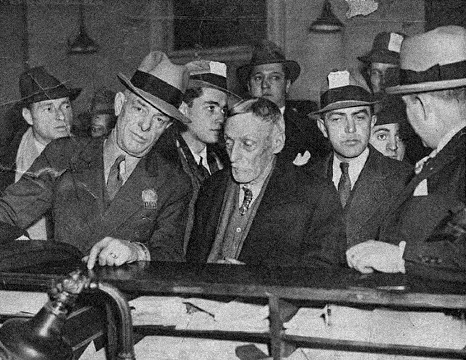 Albert Fish (center) after being arrested by Detective William F. King (left).
