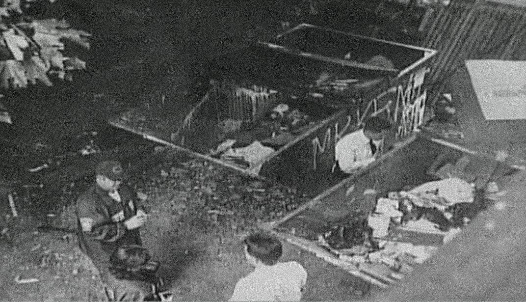 Onderzoekers bij de afvalcontainer waarin de helft van Karina's lichaam werd gevonden.