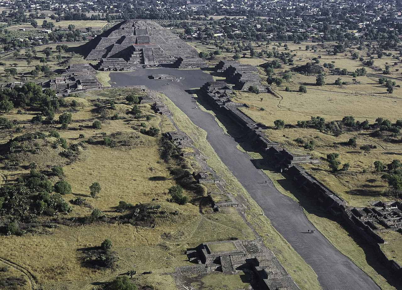 View of the Avenue of the Dead and the Pyramid of the Moon.