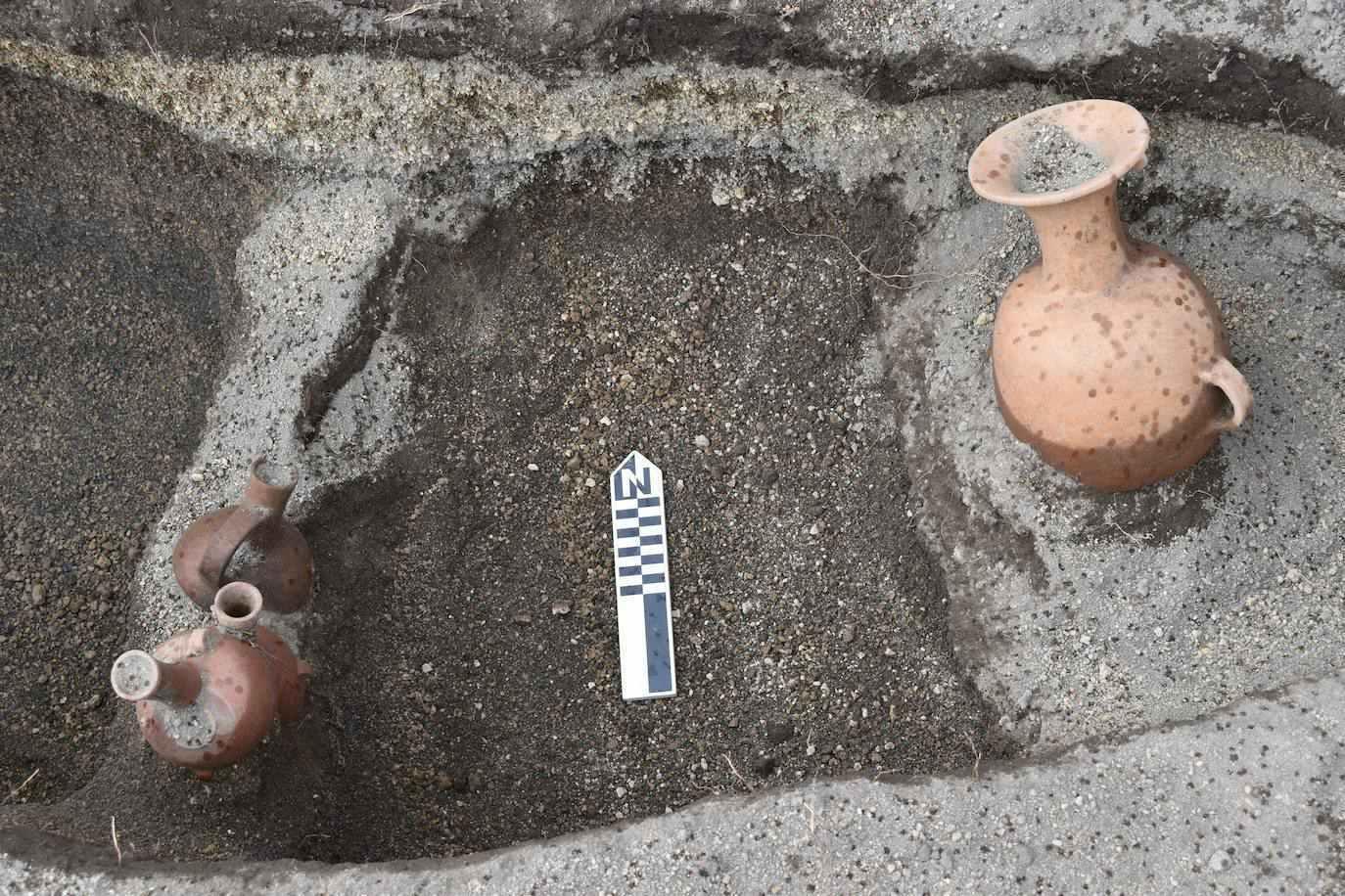 """Họ cũng tìm thấy aríbalos, trước đây được gọi là """"macka"""" hoặc """"puyñun"""" và từng được sử dụng để phục vụ chicha, một thức uống truyền thống (Dự án khảo cổ học EFE / Byron Ortiz / Mulaló - Salatilín)."""