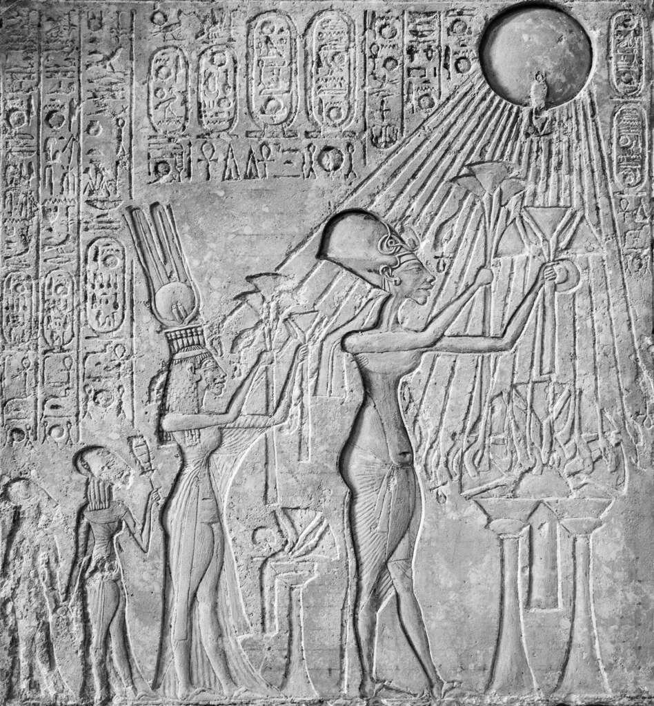 Một tấm bia mô tả pharaoh Ai Cập Akhenaten (r. 1353-1336 TCN) và gia đình của ông thờ thần Aten hoặc đĩa mặt trời.