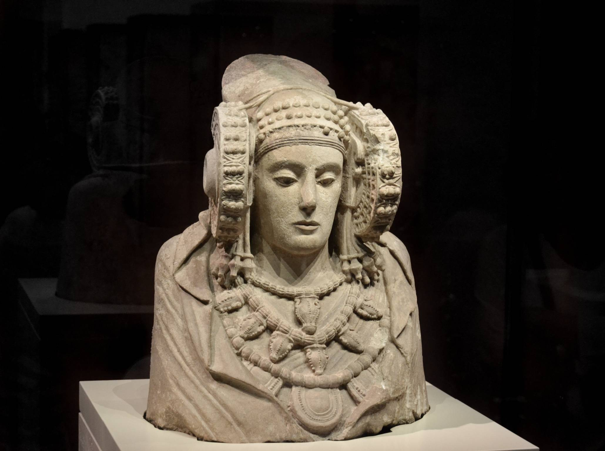 The mysterious 'helmet' of the Lady of Elche 1