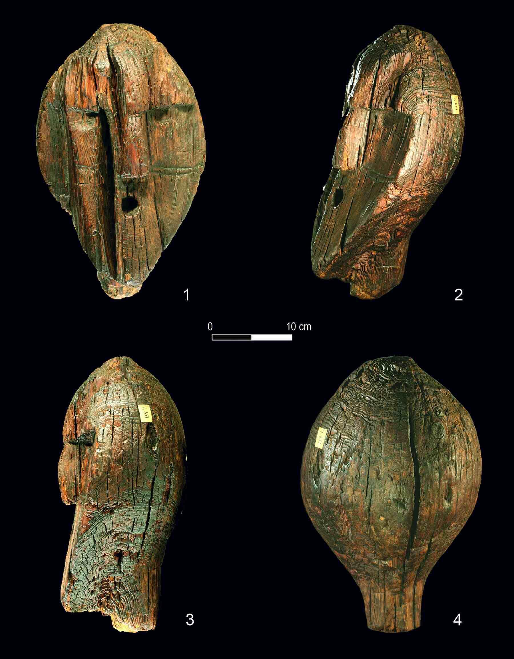 Hoofd van het Shigir-idool, 's werelds oudste houten sculptuur, ontdekt in een Russisch veenmoeras in 1890. Foto met dank aan het Regionaal Museum van Sverdlovsk.