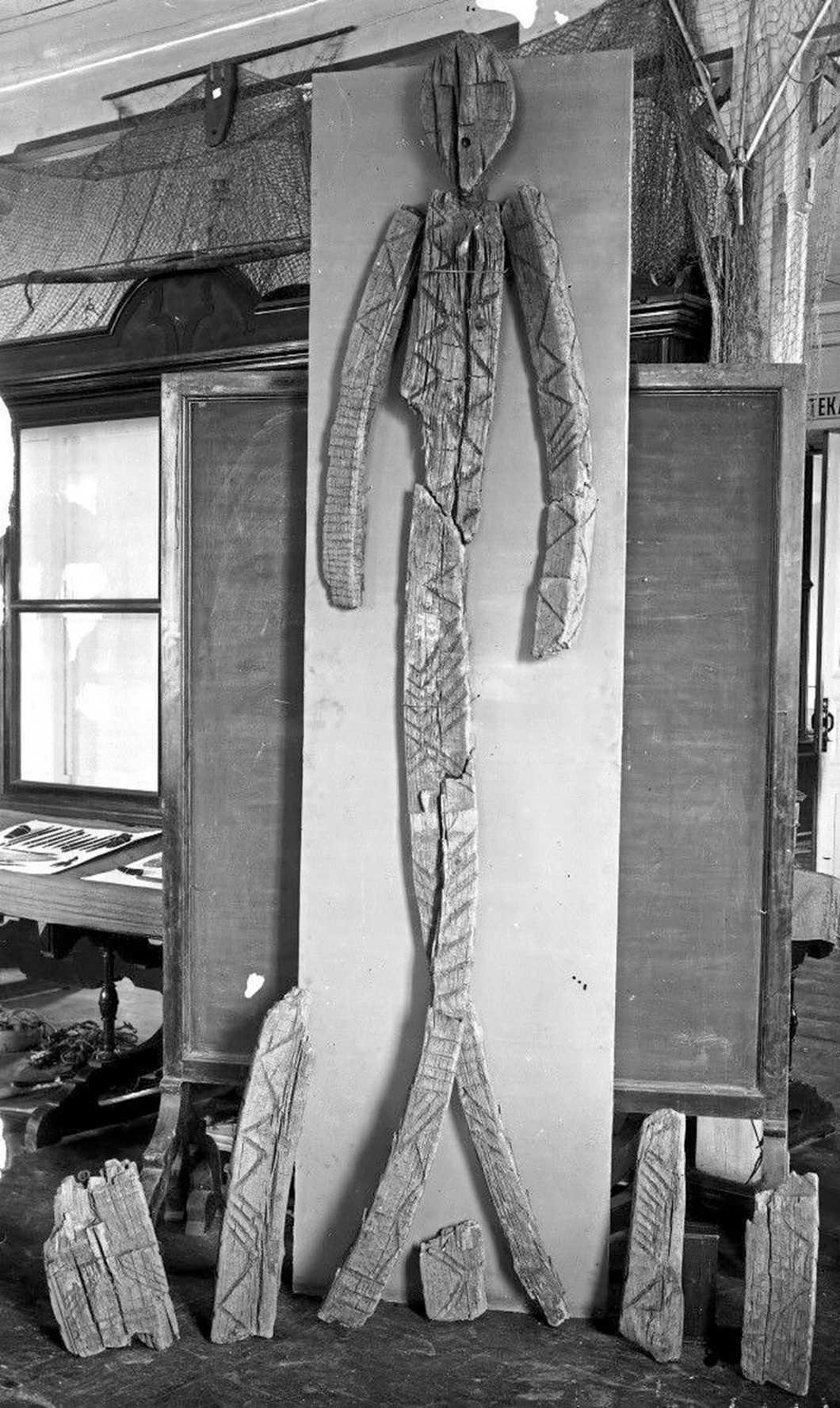Een vroege reconstructie van het Shigir-idool uit 1894. Foto met dank aan het regionale museum van Sverdlovsk.