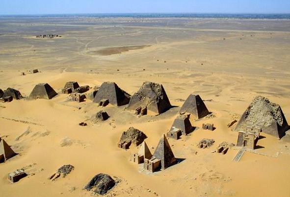 Letecký pohľad na pyramídy v Meroë Krajina Kush