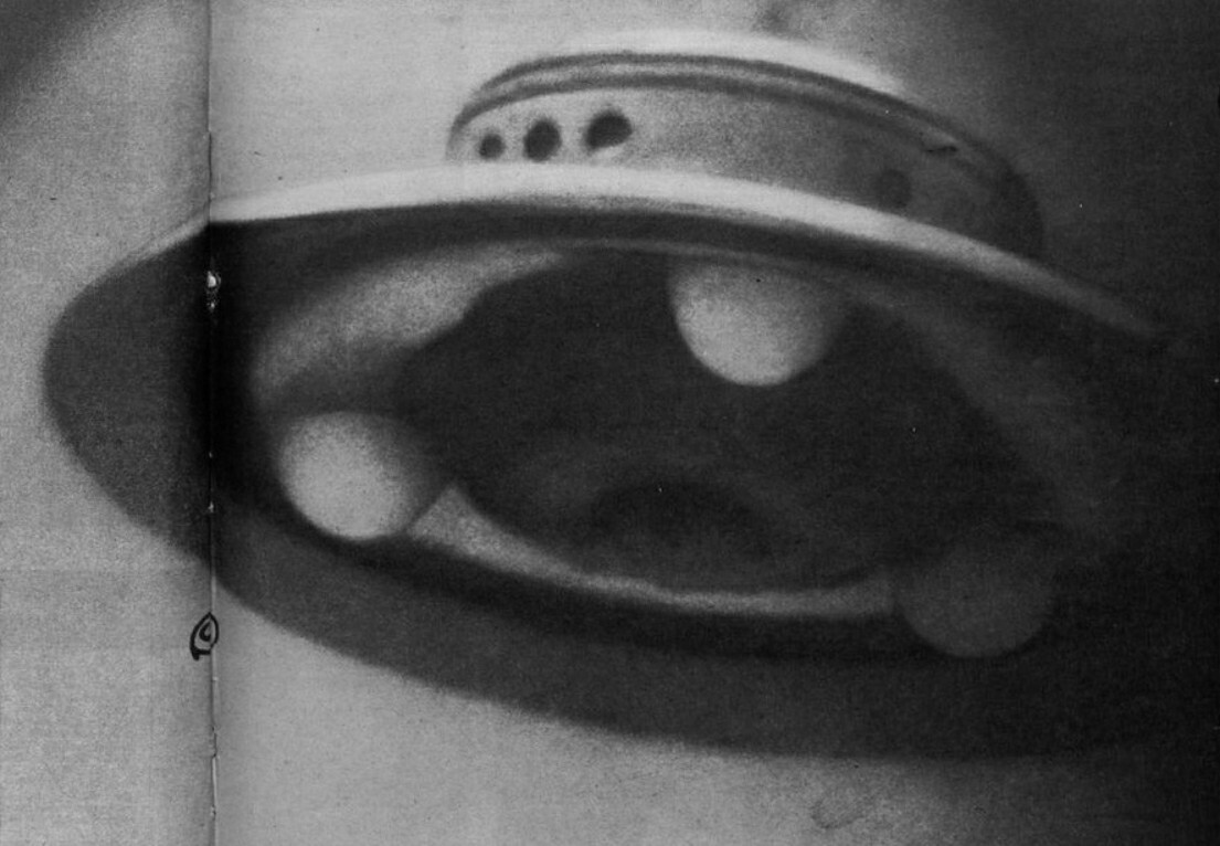 """Η περιβόητη φωτογραφία του """"γόνου κοτόπουλου"""" του Adamski, την οποία ισχυρίστηκε ότι ήταν UFO, τραβήχτηκε στις 13 Δεκεμβρίου 1952. Ωστόσο, ο Γερμανός επιστήμονας Walther Johannes Riedel είπε ότι αυτή η φωτογραφία ήταν πλαστή χρησιμοποιώντας χειρουργικό λαμπτήρα και ότι τα στηρίγματα προσγείωσης ήταν λαμπτήρες General Electric."""