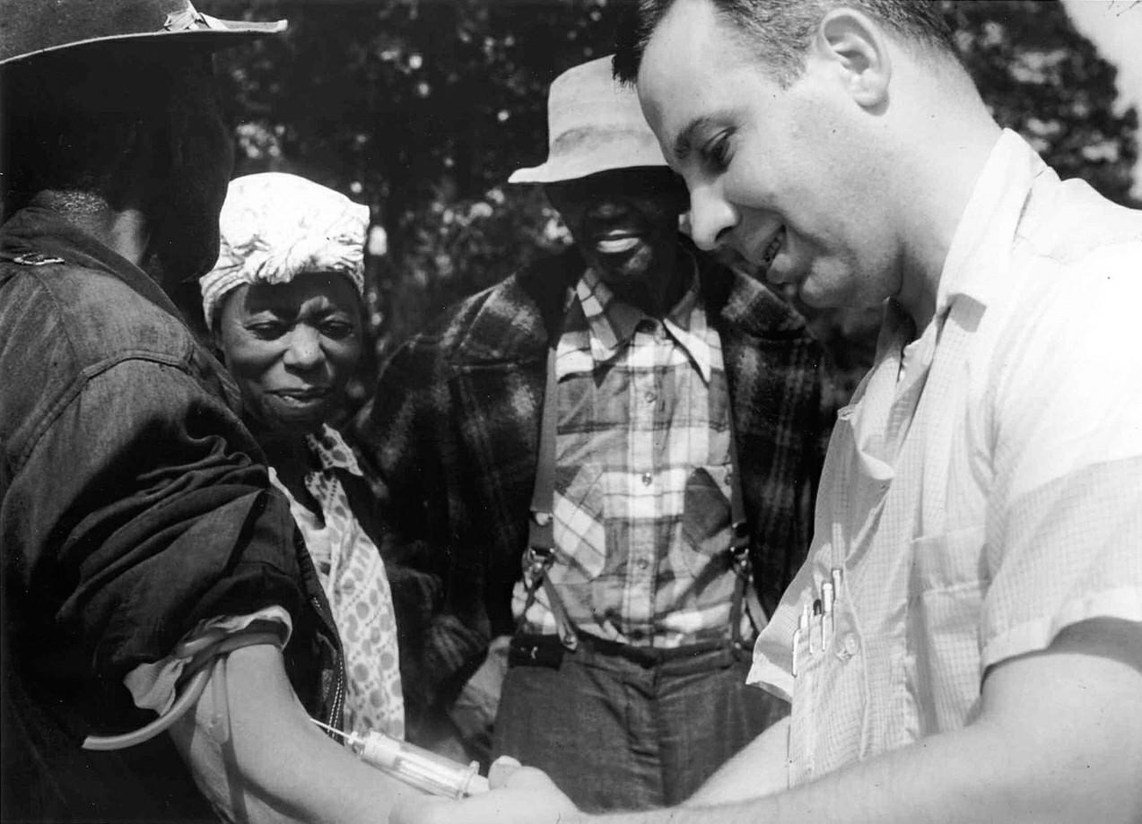 Médecin de l'étude Tuskegee-syphilis prélevant le sang d'un autre sujet de test (victime). © Crédit d'image: Wikimedia Commons