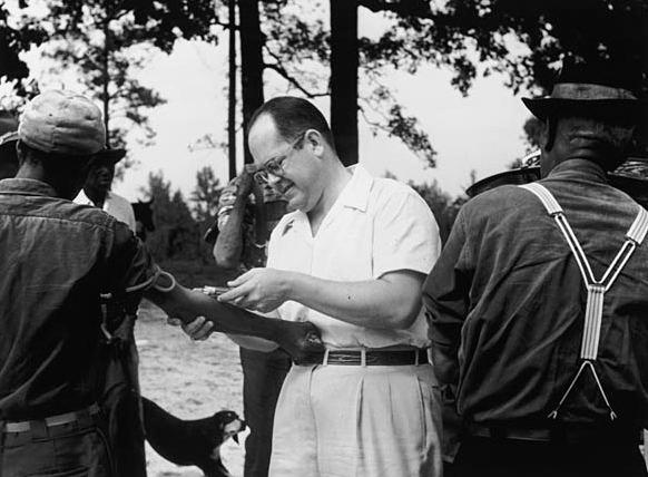Une victime de l'expérience sur la syphilis de Tuskegee se fait prélever du sang par le Dr John Charles Cutler. c. 1953 © Crédit d'image: Wikimedia Commons